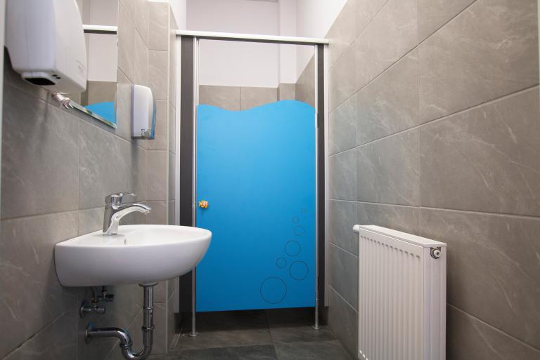 Kabiny WC na wysokich słupkach